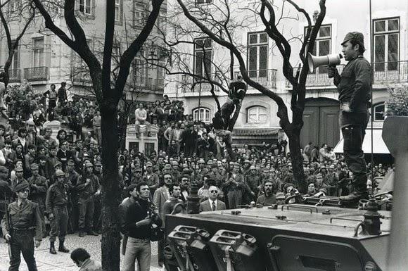 """""""Revolução dos Cravos"""" : 47 anos por Manuel Vitorino"""